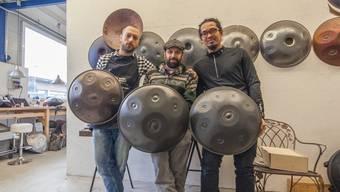 Ihre Handtrommeln liefern sie rund um die Erde: Valerio Menon, Flavio Brant Alvim und Ezahn Bueraheng (v.l.).