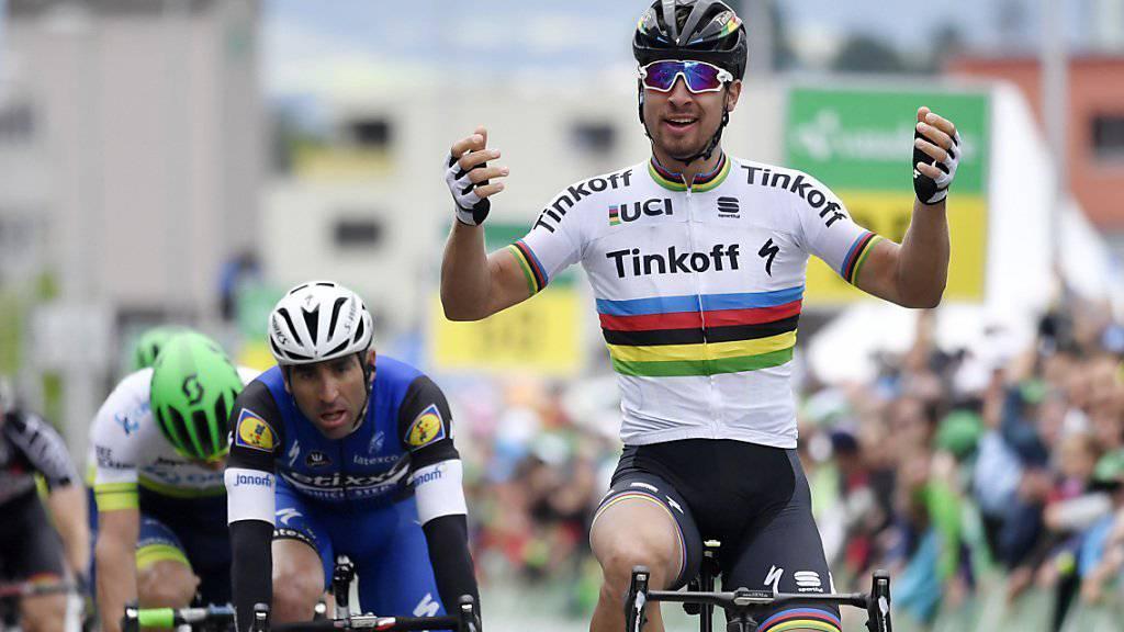 Peter Sagan jubelt über seinen Sieg in Baar. Im Hintergrund ist der Argentinier Ariel Richeze zu sehen