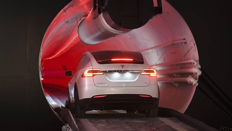 Ein Tesla Model X fährt durch den am 18. Dezember vorgestellten Tunnel in LA.