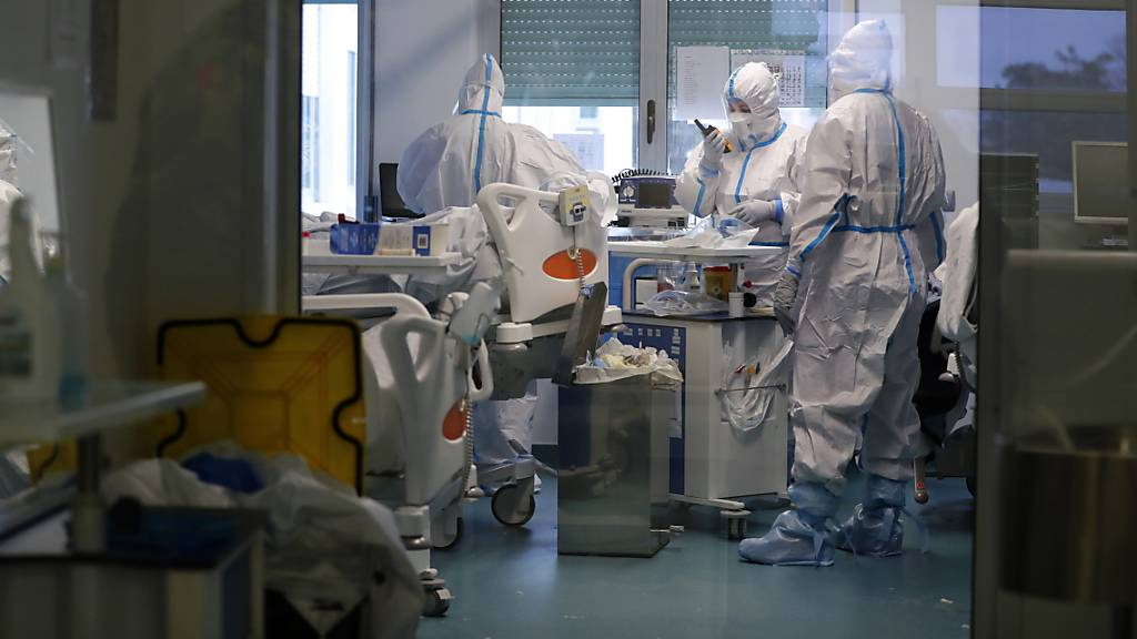 Mitarbeiter des Gesundheitswesen tragen Schutzkleidung während sie auf der Corona-Intensivstation eines Krankenhauses in Lissabon arbeiten. Foto: Armando Franca/AP/dpa