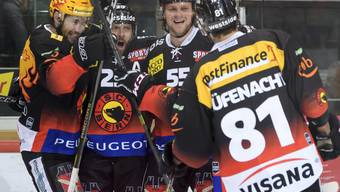 Berns Andrew Ebbett (Zweiter von links) jubelt nach seinem Tor zum 2:0 mit seinen Teamkollegen des SC Bern. Am Ende feierte Bern den ersten Sieg in der Serie gegen Biel