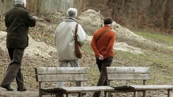 Pensionierte spazieren in einem Park (Symbolbild)