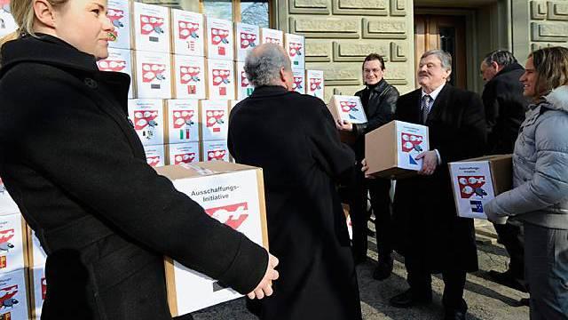 Februar 2008: SVP-Vertreter reichen die Ausschaffungsinitiative ein.