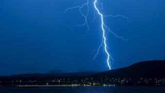 Ein Blitz hat in Saanenmöser BE einen Mann schwer verletzt. (Archivbild)