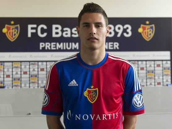Schär, der Basler aus der Ostschweiz: Am 10. Juni 2013 posiert er im neuen FCB-Dress.