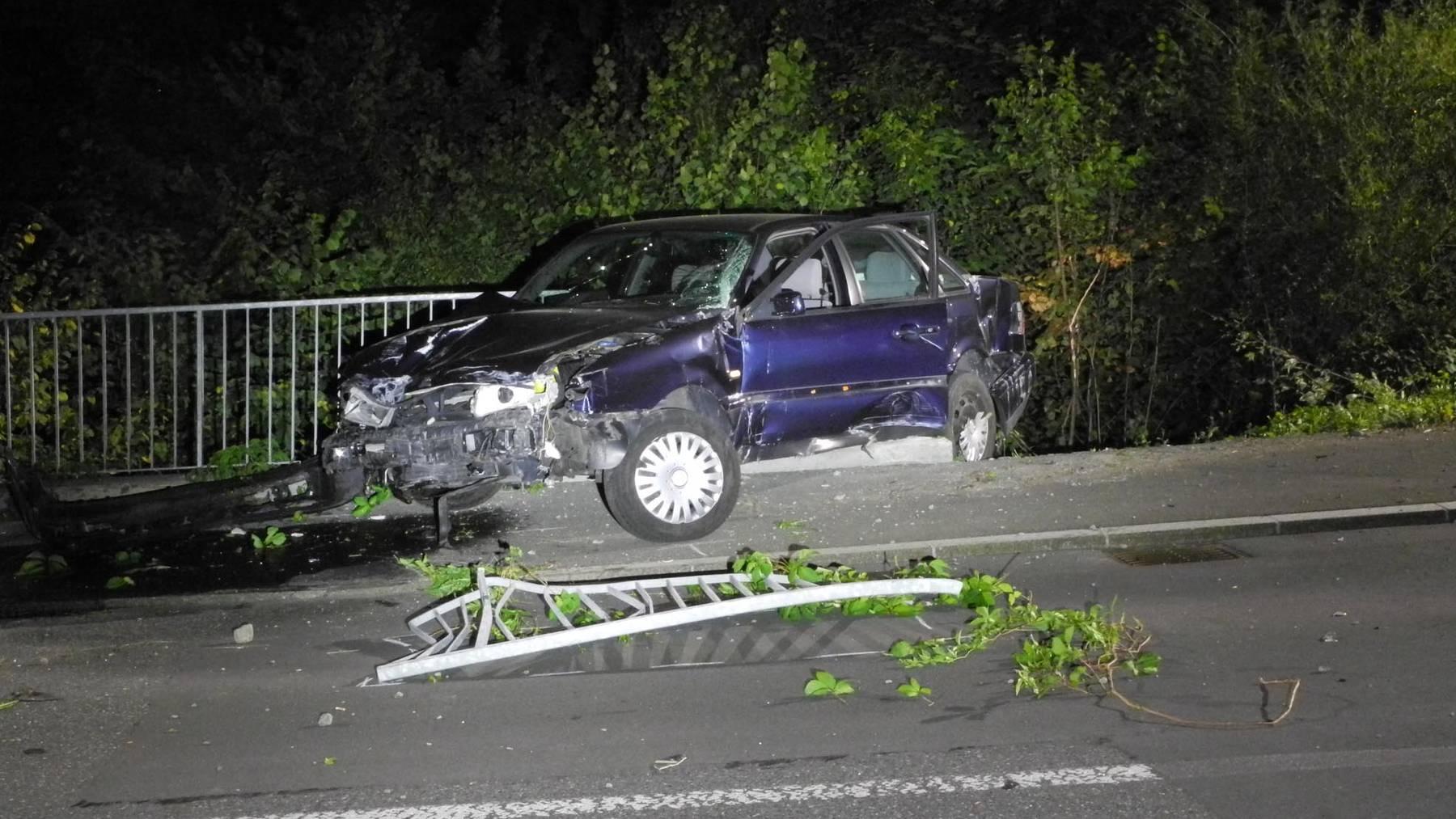 Immer wieder verursachen Raser schwere Verkehrsunfälle. Dennoch kommen sie meist mit einem blauen Auge davon. Im Bild ein Raserunfall von 2015 in Wollerau SZ.