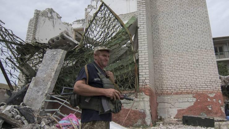 Ein ukrainischer Soldat schiebt unweit von Mariupol Wache. In den letzten Tagen sind die Kämpfe in der Umgebung der Hafenstadt aufgeflammt. (Archiv)
