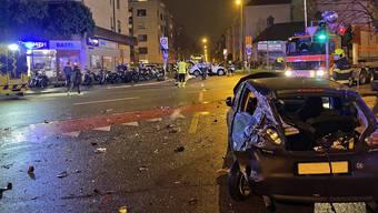 Ein Personenwagen fuhr an der Kreuzung Dornacherstrasse/Reinacherstrasse auf drei am Rotlicht stehende Fahrzeuge auf.