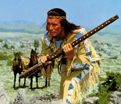 Karl May (1842–1912) gleichnamiger Roman und andere Werke flossen in die Geschichte des fiktiven Mescalero-Apachen-Häuptlings ein.