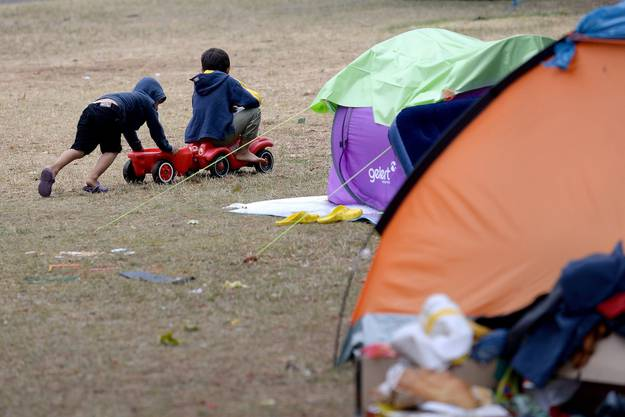Unter den Flüchtlingen, die kein Dach über dem Kopf haben, sind auch Kinder und Frauen