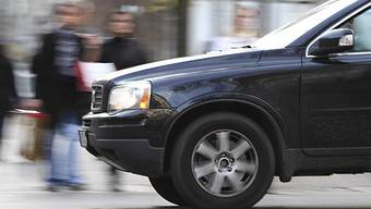 Ein Autolenker prallte ins vordere Fahrzeug und fuhr weiter. (Symbolbild)