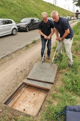 Die beiden IWB-Mitarbeiter Hans Schmidlin (links) und Jean-Pierre Zeyer öffnen am Grenzübergang Weil-Otterbach einen Kabelschacht. Von hier aus führt das Glasfaser-Kabel unter dem Rhein ins IWB-Datencenter. Danach weiter durch immer dünneren Kabel bis an den Hausanschluss (Bilder unten).