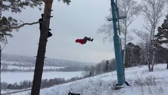 Ein mutiger Draufgänger, der von eisigen Hindernissen in den Tiefschnee springt, lässt die Herzen der Zuschauer höher schlagen.