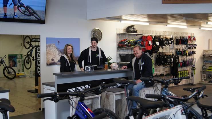 Anstelle des Verkaufstresens steht eine Bar: Sandy Merz, Jonny Bolliger und Rolf Merz möchten, dass sie zum Treffpunkt wird.