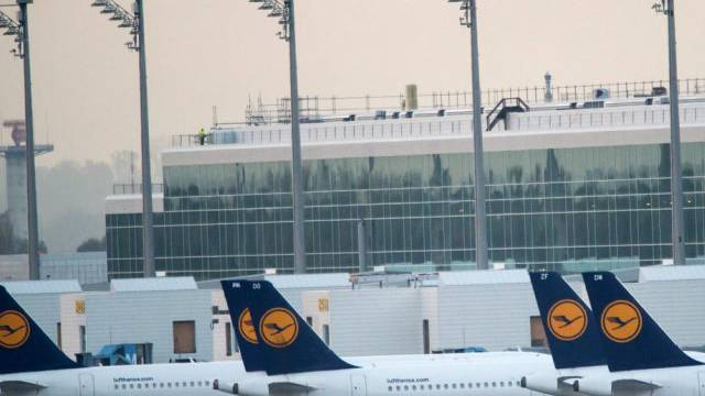 Lufthansa-Flugzeuge am Flughafen München (Archiv)