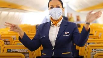 Nicht nur die Flugbegleiterinnen, sondern auch die Passagiere müssen bei Ryanair künftig Masken tragen.
