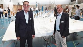 Ammann Rolf Buchser (l.) und Mathias Grünenfelder von Aargau Verkehr. Stand der Überbauungsgegner: Bruno Kaufmann (v.l.), Eduard Jakob, Andres Wälty.