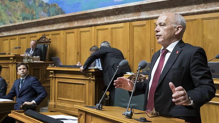 Finanzminister Ueli Maurer verteidigte am Donnerstag im Nationalrat die Bundesrechnung 2017, welche wegen grosser Abweichungen zum Budget und Fehlbuchungen für Schlagzeilen gesorgt hat. (Archiv)
