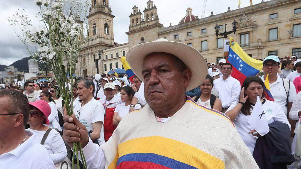 Tausende Demonstranten gingen in Kolumbien auf die Strasse, um ihre Solidarität mit der Polizei zu bekunden.