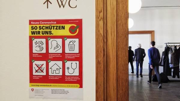 Das Corona-Virus ist auch im Grossen Rat ein Thema. Plakate weisen in der Lobby auf die richtigen Verhaltens- und Hygienemassnahmen hin.
