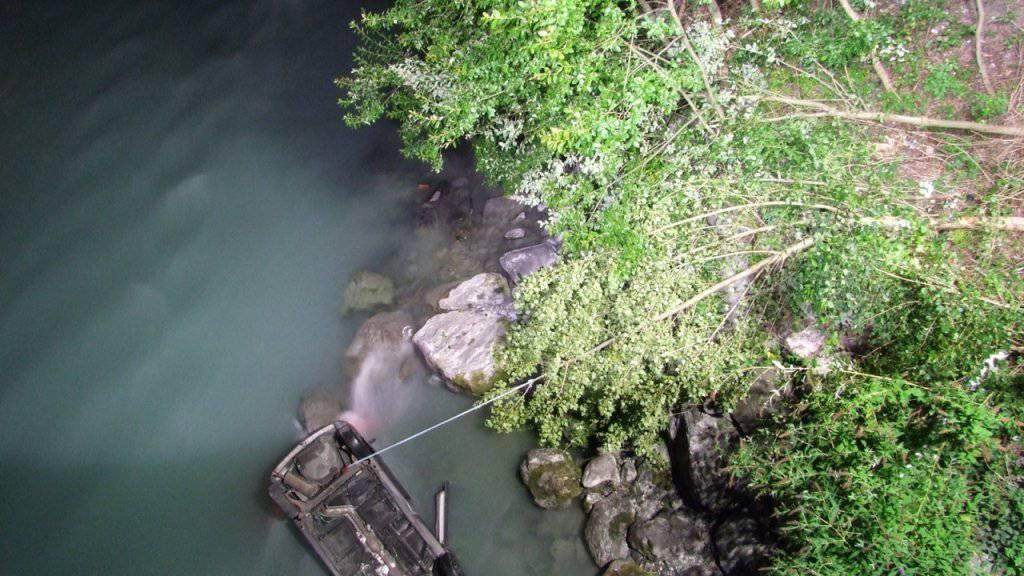 Eine Anwohnerin eilte zu Hilfe und konnte die Verunfallte aus dem Wasser ziehen