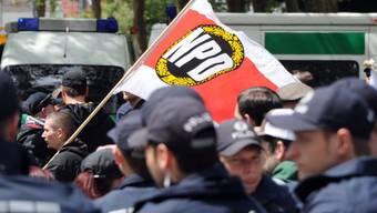 Ein paar rechtsextreme Demonstranten, umringt von Polizisten
