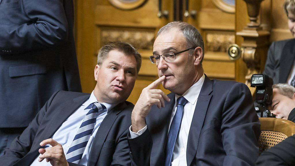 Verhilft der neu gewählte SVP-Bundesrat Guy Parmelin (rechts) der SVP zu einem Wählerzuwachs in der Westschweiz? SVP-Präsident Toni Brunner (links) rechnet mit vier Prozent mehr Wähleranteil. (Archivbild)
