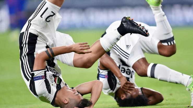 Turin steht kopf: Die Juve-Spieler Paulo Dybala und Juan Cuadrado (von links) feiern kopfüber