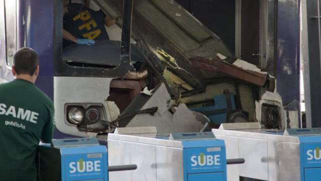 Unglückszug im Bahnhof Once von Buenos Aires