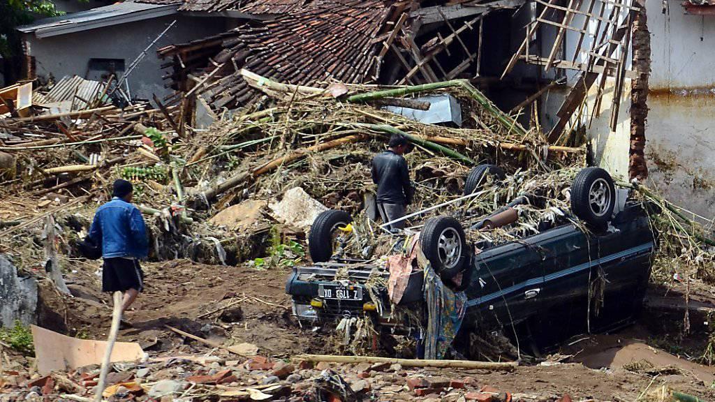 Schuttt und Trümmer nach den Überschwemmungen in Indonesien.