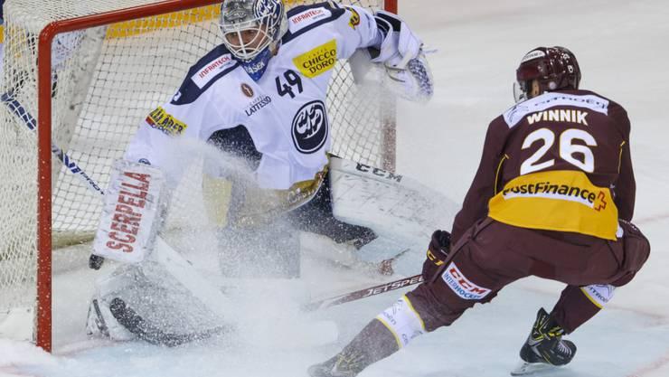 Genf-Servettes Daniel Winnik erzielt hier das 1:1 Ambri-Piottas Goalie Dominik Hrachovina
