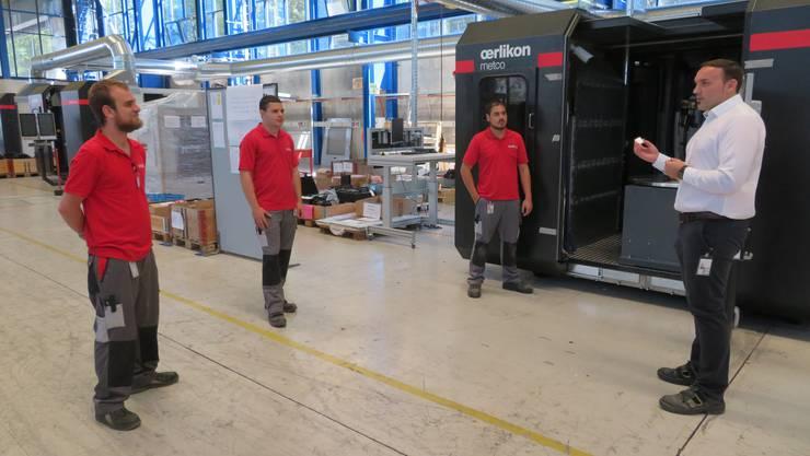 Wird zwischen den Mitarbeitern länger als fünf Sekunden die Mindestdistanz (1,5 Meter) unterschritten, ertönt ein Warnton.