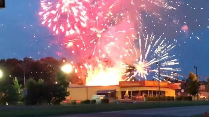 Feuerwerkscontainer explodiert vor Geschäft