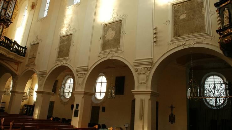 Braune Wand statt farbiger Bilder: Ein Teil der Kunstwerke in der Verenakirche musste abgehängt werden. Angelo Zambelli
