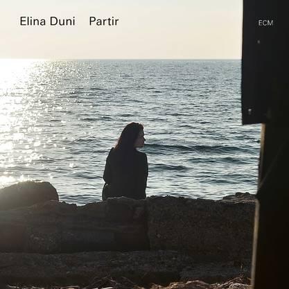Die albanisch-schweizerische Jazzsängerin aus Zürich singt auf «Partir» Volkslieder vom Balkan mit den Stilmitteln des zeitgenössischen Jazz.