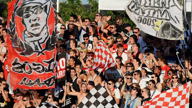 Fans des FC Aarau feuern ihre Mannschaft an – das werden auch jene der Szene Aarau heute gegen St. Gallen wieder tun.