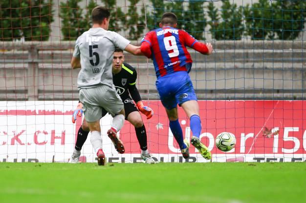 Ex-FCA-Spieler Josipovic schiesst das 1:0 für Chiasso im Spiel gegen den FC Aarau.