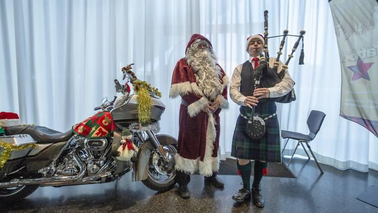 Weihnachtsmann mit Harley und weihnachtlichen Klängen.
