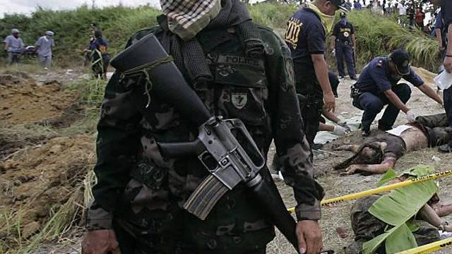Soldat bewacht Fundort der Leichen