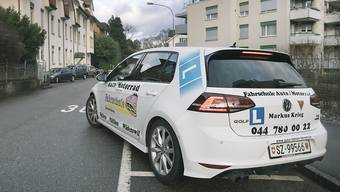 Die Wettbewerbskommission (WEKO) untersucht, ob Fahrschüler im Oberwallis wegen Preisabsprachen der Fahrlehrer womöglich zuviel für Fahrstunden bezahlt haben.