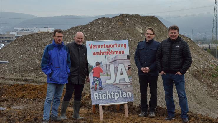 Sie sprechen sich für neue Aushub-Deponien im Laufental aus (v.l.): Martin Rüegg, Mirko Tozzo, Rolf Graf und Rolf Richterich.