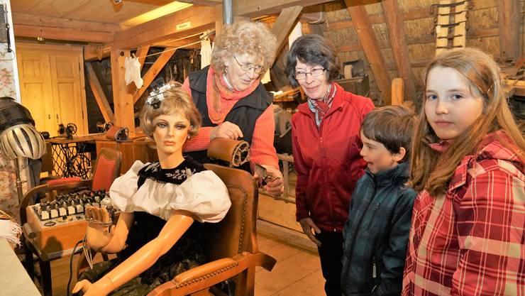 Anna Moser zeigt den Besuchern eine Schermaschine.