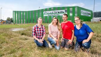 Olivia Bertschi, Karin Bertschi, Daniel Bertschi und Sabine Frei (v.l.) vor Recycling-Paradies in Spreitenbach.