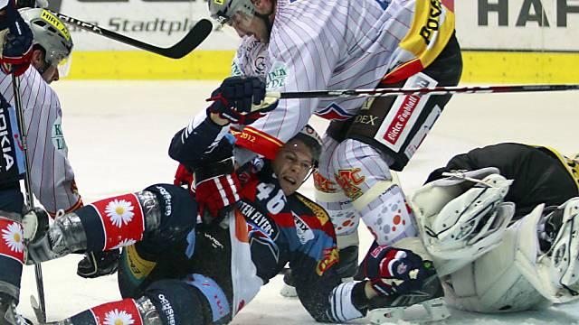 Flyers-Stürmer Polak bekommt die Härte von Zyuzin zu spüren