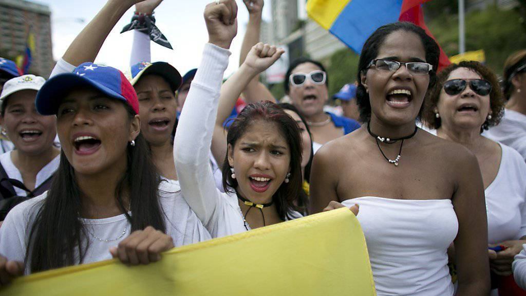 Frauen in Weiss demonstrieren in Venezuelas Hauptstadt Caracas gegen Präsident Maduro.