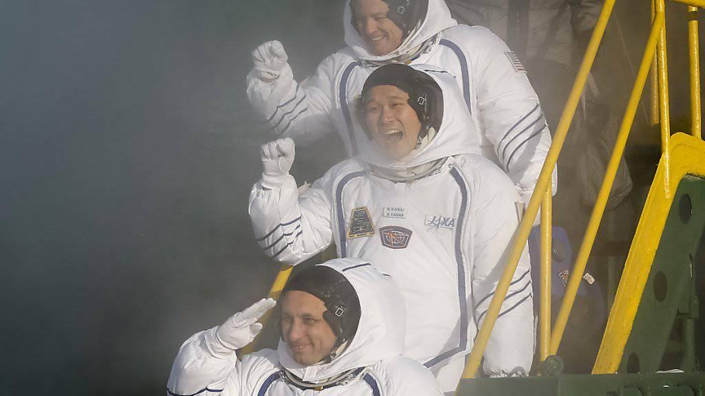 Tingle, Kanai und Schkaplerow winken vor dem Abflug zur Internationalen Raumstation ISS.