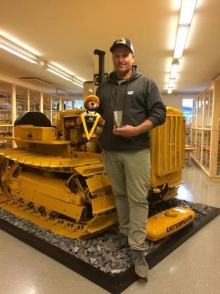 Der Berner Bruno Grossen übergibt seinen Pokal dem Baumaschinen-Modell-Museum von Fredy Tschumi in Halten.