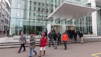 Mitarbeiter von General Electric verlassen das Konnex-Gebäude in Baden. (Archivbild)