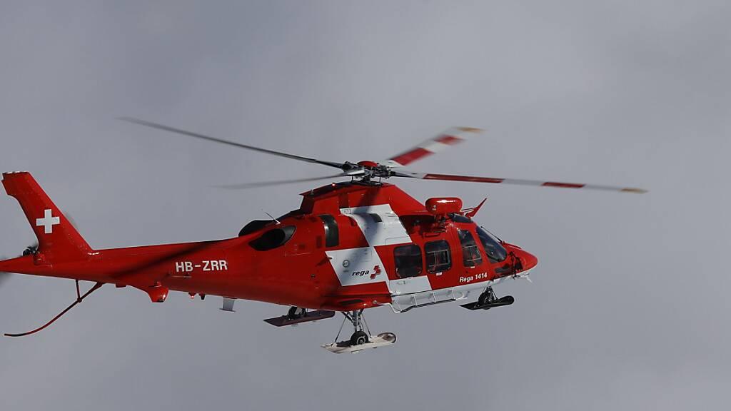 Die Rettungsflugwacht überführte die ausgegrabenen Wanderer mit leichten Unterkühlungen in ein Spital.