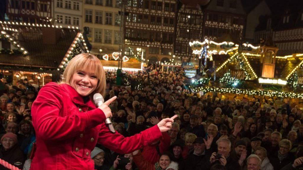 Francine Jordi - hier letzte Woche auf dem Weihnachtsmarkt in Frankfurt - sitzt am Samstag in Thun für arme Schweizer Kinder hinter der Ladenkasse (Archiv).